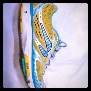 4 pairs of Newton running shoes size 6.5